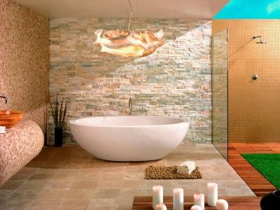 Белая ванна с бежевой плиткой