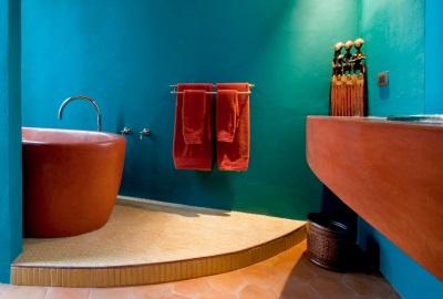 Бирюзово-красная ванная