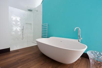 Бирюзовая ванная и деревянный пол