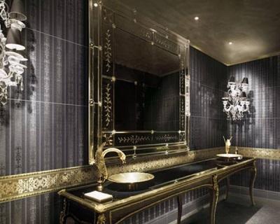 Черная ванная комната с золотыми вставками