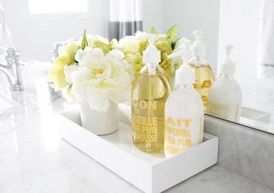 Свежие цветы в ванной комнате