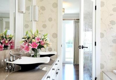 Красивый букет в ванной комнате