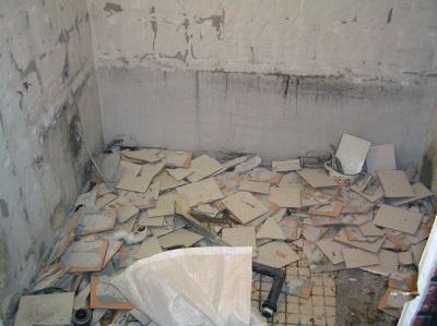 Ванна после демонтажа плитки
