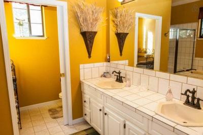 Ванная комната и санузел в одном стиле