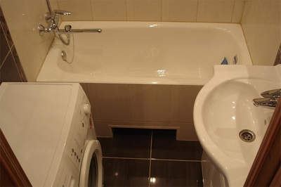 Ванна и стиральная машинка в небольшой ванной комнате
