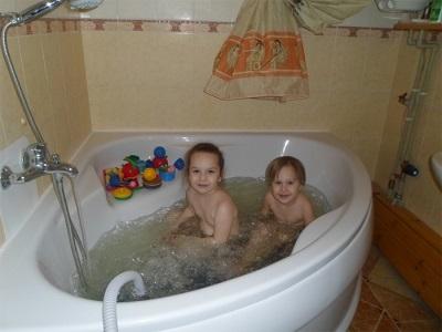 Дети в ванной с гидромассажным ковриком