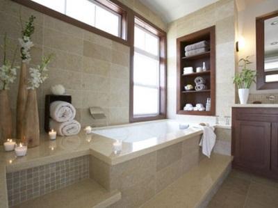 Свечи и цветы для украшения интерьера ванной