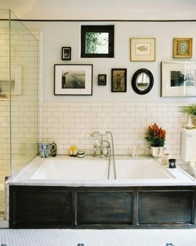 Фотографии как украшение маленькой ванны