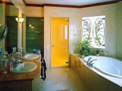 Двери из цветного стекла в ванной комнате