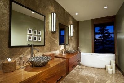 Ванная комната оформленная мрамором и деревом