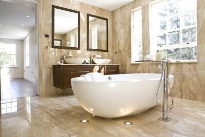 Оригинальное освещение в модной ванной