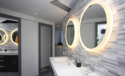 Оригинальные зеркала в стильной ванной комнате