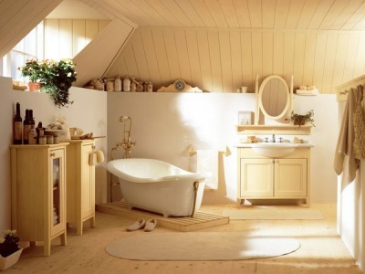 Уютная ванная с большим количеством текстиля