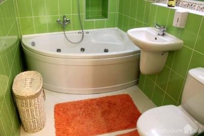 Маленькая ванная с большой кафельной плиткой