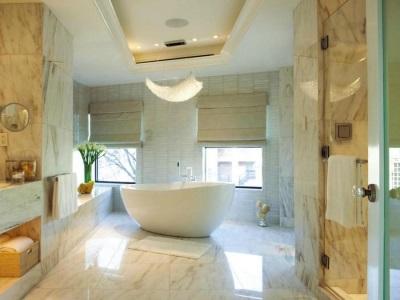 Большая ванная с хорошим освещением