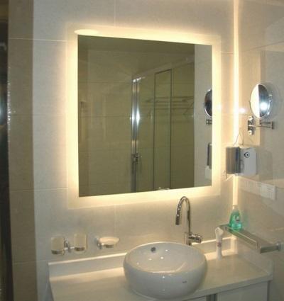 Подсветка за зеркалом в ванной комнате