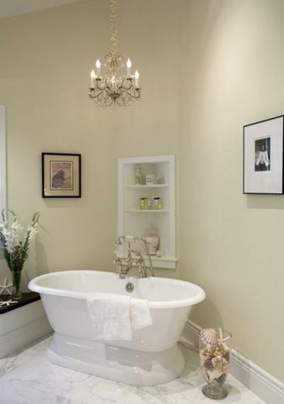 Один осветительный прибор в ванной комнате