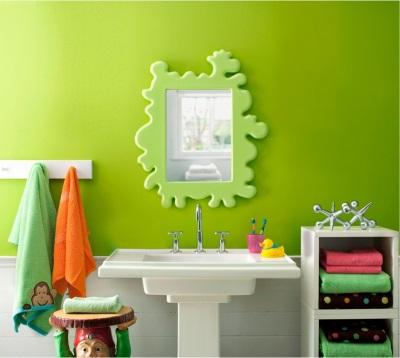 Зеркало в салатовой ванной