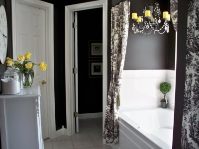 серая ванная комната с желтыми цветами