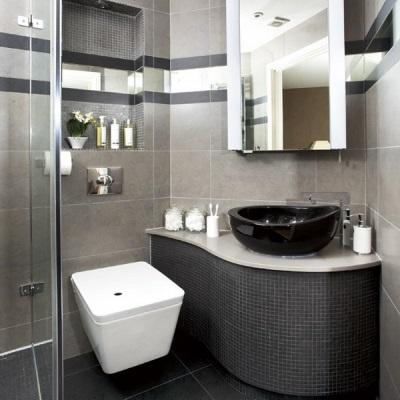 Сантехника и мебель серой ванной комнаты