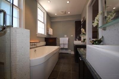 Освещение серой ванной комнаты