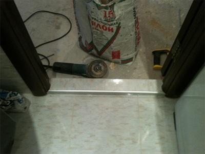 Монтаж порожка в ванной комнате