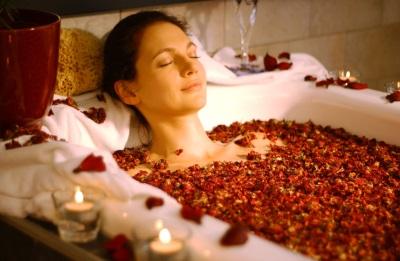 Ванна с сухими лепестками роз