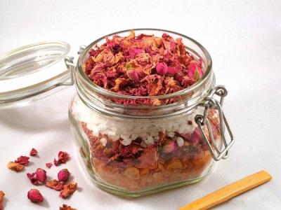 Высушенные розовые лепестки