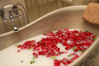 Ванна с розами и молоком
