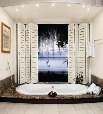Имитация окна с морским видом в ванной комнате