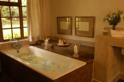 Красивая ванная комната в стиле кантри