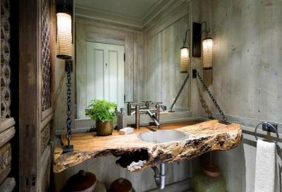 Столешница из дерева в ванной в стиле кантри