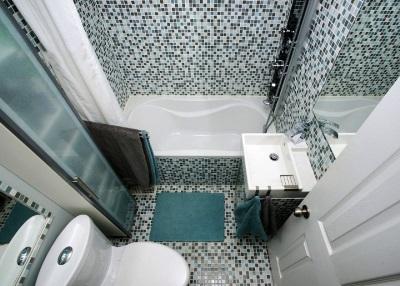Установленная маленькая ванна в интерьере