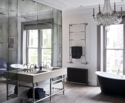 Зеркальная плитка в сочетание с зеркальным полотном в ванной
