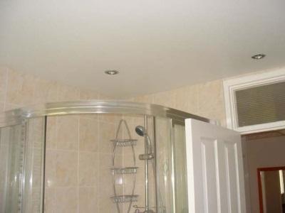 Белый побеленный потолок в ванной комнате