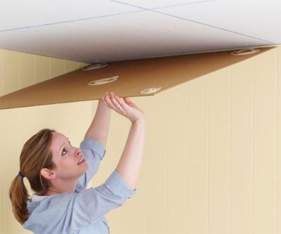 Начало работ по поклейке плитки на потолок