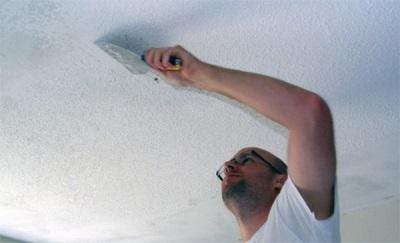 Удаление побелки с потолка