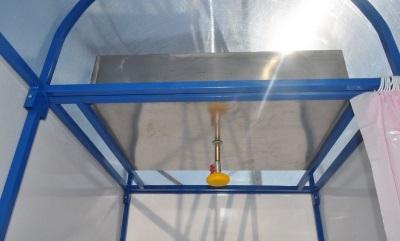 Подогрев воды для душевой кабины из поликарбоната на даче