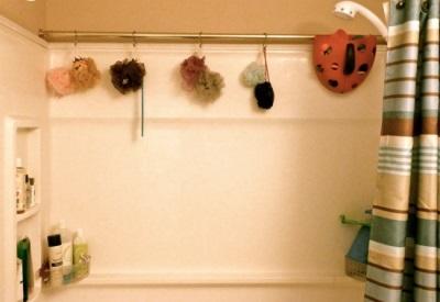 Второй карниз для хранения мелочей в ванной комнате