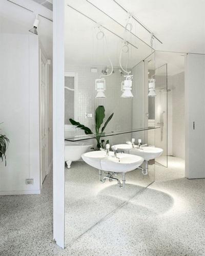 Подвесная раковина в зеркальной ванной