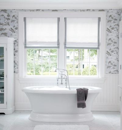Серая ванная с белым и окном