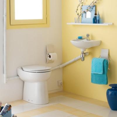 Унитаз со встроенным насосом-измельчителем в дизайне ванной комнаты