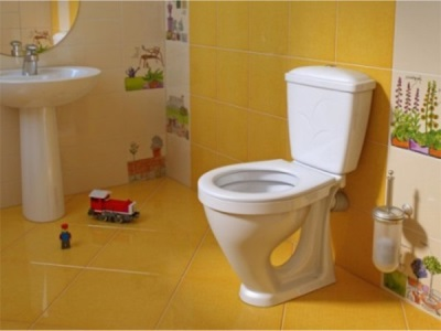 Уход за унитазом в квартире с детьми