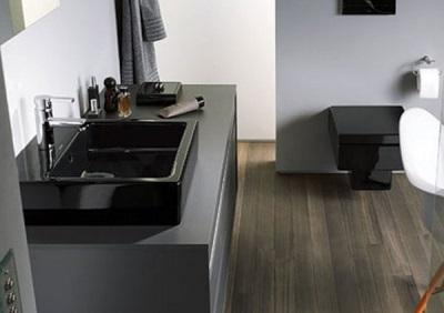 Дизайн ванной (туалетной) комнаты с черным унитазом