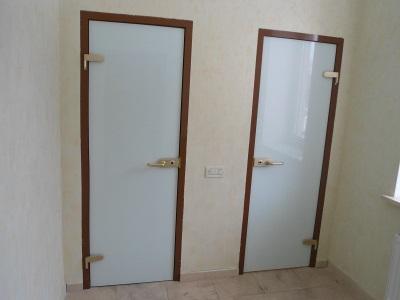 Дверь из стекла в ванной комнате