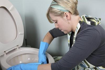 Процесс чистки унитазов