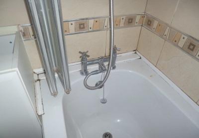 Недостатки пластиковых уголков для ванны