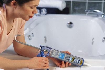 Подготовка поверхности ванны для самоклеящейся бордюра