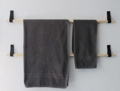 Вешалка для полотенец на ремнях в ванной комнате