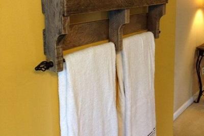 Деревянные вешалки для полотенец в ванной